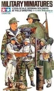 German soliders at field briefing in scale 1-35 Tamiya 35212