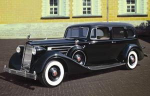 Model ICM 35535 Packard Twelve z 1936 z figurkami pasażerów
