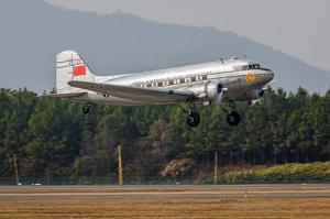 Trumpeter 05813 Samolot DC-3 CNAC model 1-48