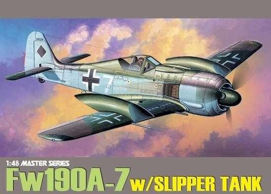 Niemiecki myśliwiec Focke-Wulf Fw 190A-7 z zewnętrznymi zbiornikami paliwowymi na skrzydłach, plastikowy model do sklejania Dragon 5545 w skali 1:48.-image_Dragon_5545_1
