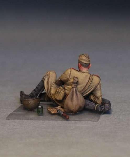 MiniArt 35233 w skali 1:35 - figurki Soviet soldiers taking a break do sklejania - image n-image_MiniArt_35233_3
