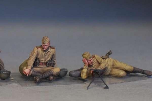 MiniArt 35233 w skali 1:35 - figurki Soviet soldiers taking a break do sklejania - image u-image_MiniArt_35233_3