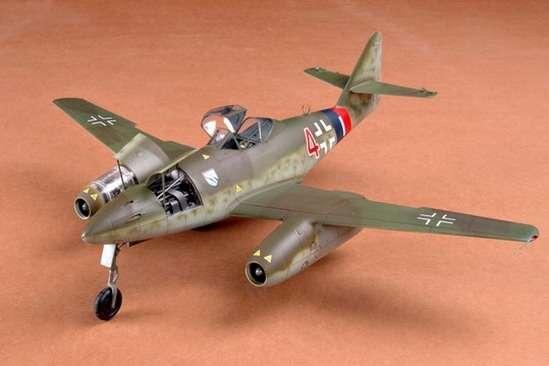 German fighter Messerschmitt Me262_a_1a plastikowy_model_do_sklejania_trumpeter_02235_image_10-image_Trumpeter_02235_1